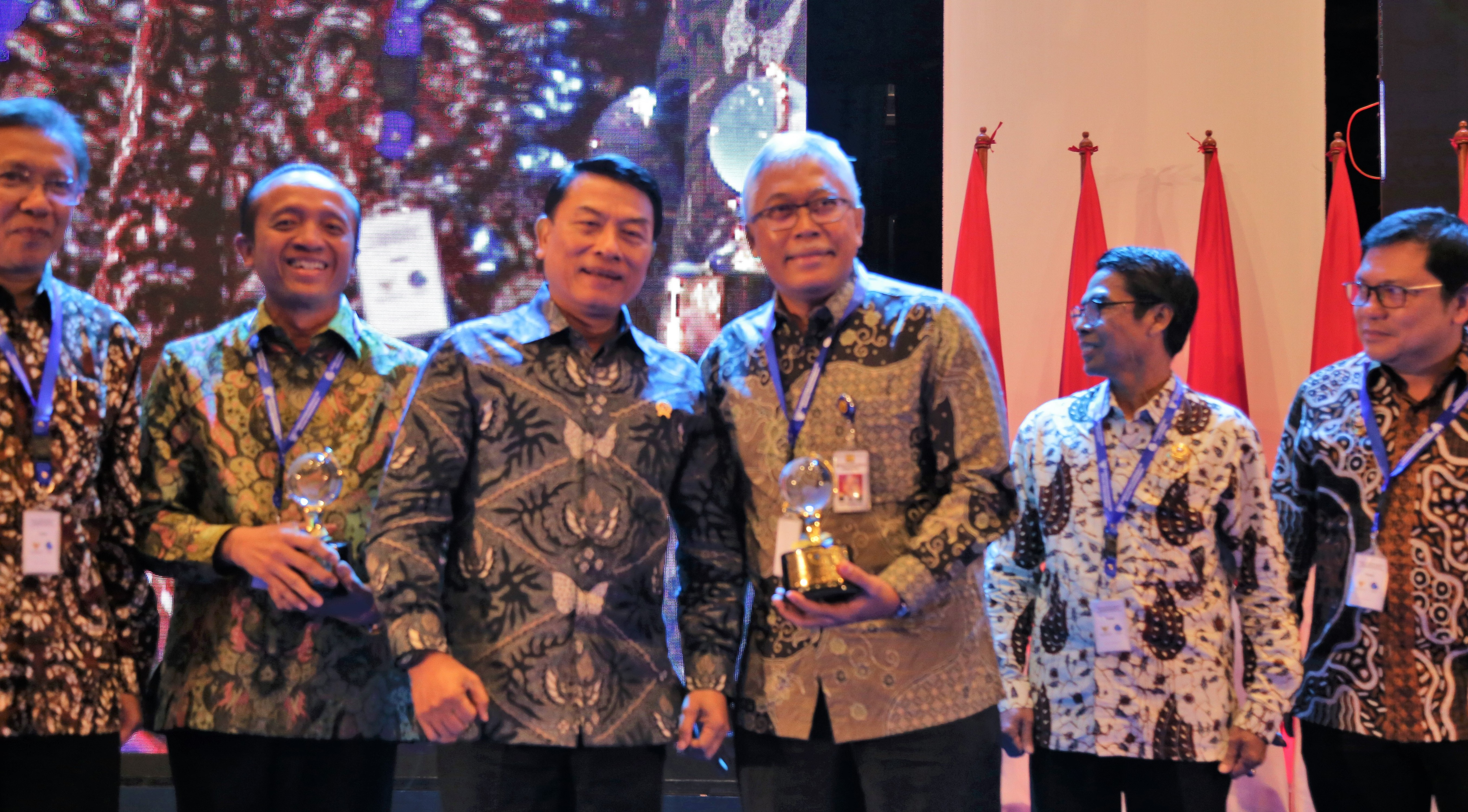 Kembangkan Kebijakan Satu Peta, Kementerian PUPR Menerima Medali Emas Simpul Jaringan Geospasial dari Badan Informasi Geospasial