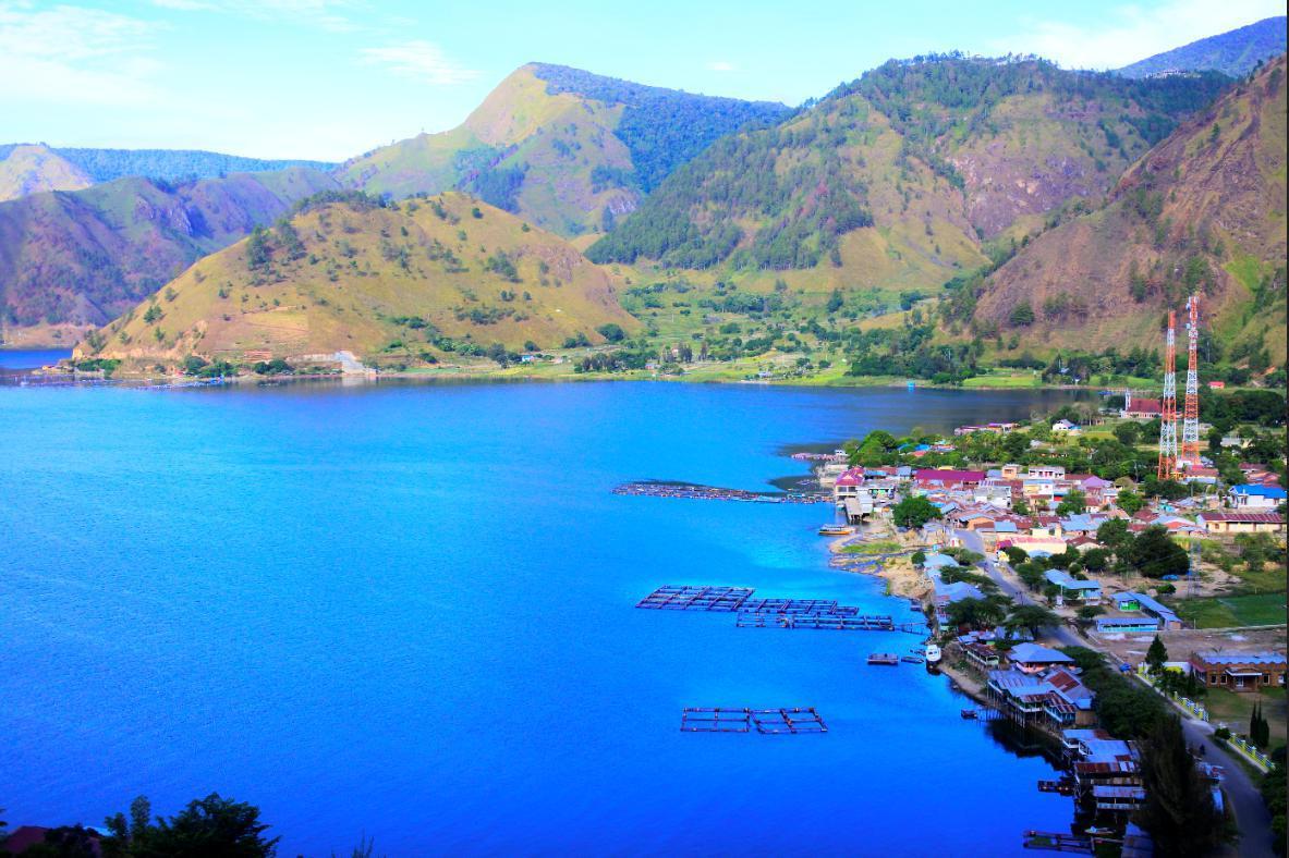 Desa Tongging merupakan salah satu spot terbaik untuk menikmati keindahan Danau Toba. Pantai Tongging terletak di bagian utara Danau Toba. Disini wisatawan dapat menikmati pemandgan danau toba di atas ketinggian 900 mdpl