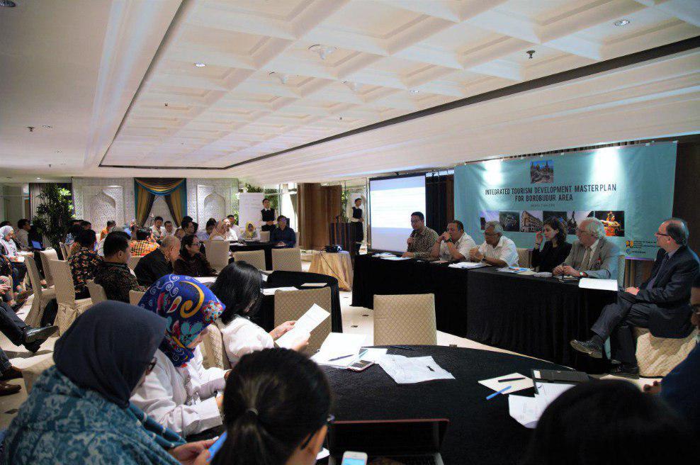 Sesi diskusi pada kegiatan Kick off Meeting yang dihadiri oleh berbagai pihak mulai dari pimpinan pada unit organisasi dan badan di Kementerian PUPR, kementerian dan lembaga tingkat pusat yang terkait, pemerintah daerah, pihak World Bank, dan konsultan.